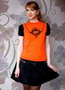 Оранжевая футболка.
