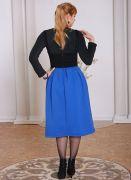 Очень удобный фасон этого теплого платья-сарафана —  свободная синяя юбочка заложена в складку на талии, фигуру подчеркивает продублированный корсет.